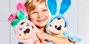 kind met mickey en minnie mouse knuffel